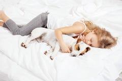 Criança que dorme com cão Fotografia de Stock Royalty Free