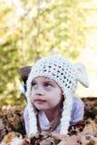 Criança que encontra-se nas folhas de outono Imagem de Stock