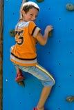 Criança que escala Fotografia de Stock Royalty Free