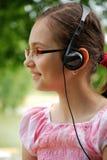 Criança que escuta a música Fotos de Stock