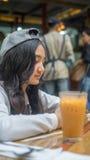 Criança que espera em um café Foto de Stock Royalty Free