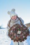 Criança que está na neve Foto de Stock