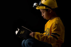 Criança que estuda a Bíblia Foto de Stock Royalty Free