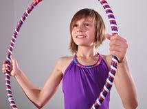 Criança que exercita com uma aro Imagens de Stock