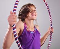 Criança que exercita com uma aro Fotografia de Stock Royalty Free