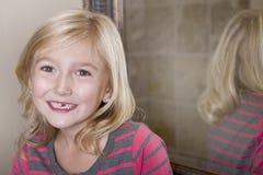 Criança que falta o dente anterior imagem de stock