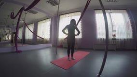 Criança que faz exercícios de pescoço do aquecimento na classe de dança vídeos de arquivo