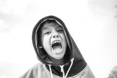 Criança que faz expressões faciais estranhas imagem de stock royalty free