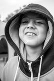 Criança que faz expressões faciais estranhas imagem de stock