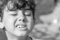 Criança que faz expressões faciais estranhas fotos de stock royalty free
