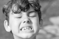 Criança que faz expressões faciais estranhas foto de stock royalty free