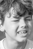 Criança que faz expressões faciais estranhas fotos de stock