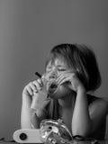 Criança que faz a inalação com máscara em sua cara Conceito dos problemas da asma imagem de stock