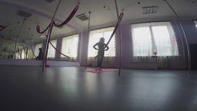A criança que faz o tornozelo do aquecimento exercita na classe de dança filme