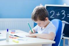 Criança que faz seus trabalhos de casa Imagem de Stock Royalty Free