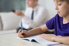 Criança que faz trabalhos de casa apenas foto de stock royalty free