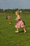Criança que funciona com os pés descalços na exploração agrícola Imagens de Stock