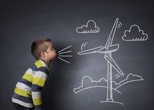 Criança que funde uma turbina eólica do giz imagem de stock royalty free