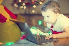Criança que googling para Papai Noel Fotografia de Stock Royalty Free