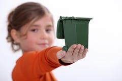 Criança que guarda o escaninho de reciclagem fotografia de stock royalty free