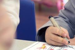Criança que guarda o pastel para colorir Imagem de Stock