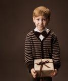 Criança que guardara a caixa de presente Imagens de Stock