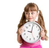 Criança que indica um tempo de nove horas no estúdio Fotos de Stock