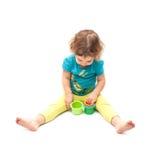 Criança que joga apenas com blocos do assentamento fotografia de stock