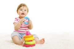 Criança que joga blocos dos brinquedos, brinquedo do jogo do bebê, branco foto de stock royalty free