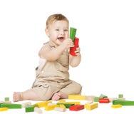 Criança que joga blocos dos brinquedos Conceito do desenvolvimento de crianças Criança do bebê Fotos de Stock