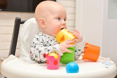 Criança que joga brinquedos Conceito do desenvolvimento de crianças Criança do bebê imagens de stock royalty free