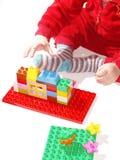 Criança que joga brinquedos da construção Imagem de Stock Royalty Free