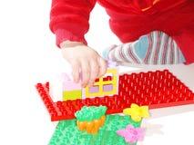 Criança que joga brinquedos da construção Imagens de Stock