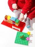 Criança que joga brinquedos da construção Foto de Stock Royalty Free
