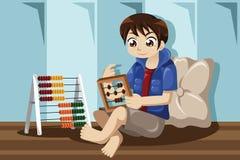 Criança que joga com ábaco Imagens de Stock Royalty Free