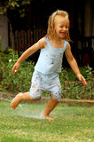 Criança que joga com água fotografia de stock
