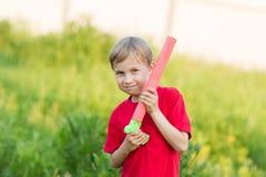 Criança que joga com arma de água Fotografia de Stock