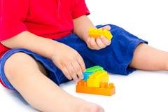 Criança que joga com blocos Fotos de Stock Royalty Free