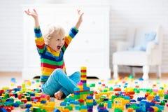 Criança que joga com blocos do brinquedo Brinquedos para miúdos imagens de stock
