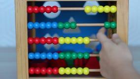 Criança que joga com brinquedo de madeira filme