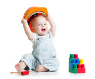 Criança que joga com brinquedo dos blocos de apartamentos imagem de stock
