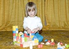 Criança que joga com brinquedos Fotos de Stock Royalty Free