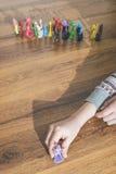 Criança que joga com brinquedos pequenos Imagens de Stock Royalty Free