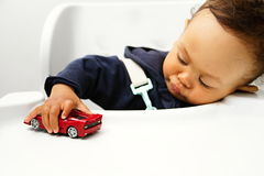 Criança que joga com carro do brinquedo Imagem de Stock
