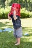 Criança que joga com a cesta no jardim Fotografia de Stock Royalty Free