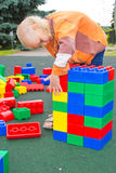 Criança que joga com cubos Fotografia de Stock Royalty Free