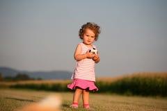 Criança que joga com esfera Fotos de Stock