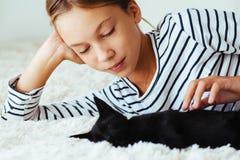 Criança que joga com gatinho Imagem de Stock Royalty Free