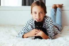 Criança que joga com gatinho Foto de Stock
