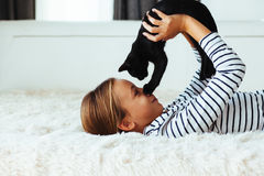 Criança que joga com gatinho Fotos de Stock Royalty Free